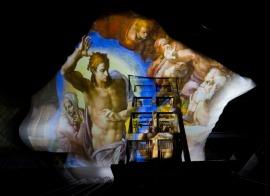 """Il Giudizio universale di Michelangelo proiettato sul soffitto del nuovo centro congressi all'Eur di Roma, soprannominato la """"Nuvola"""", dell'architetto Massimiliano Fuksas - 19 luglio 2016 (AP Photo/Domenico Stinellis)"""